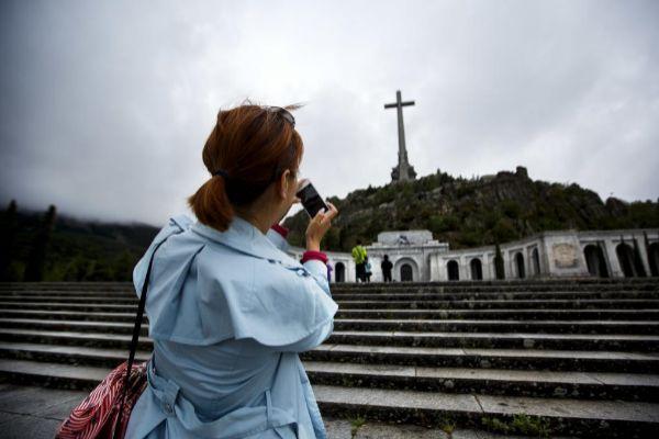 Una mujer fotografía el Valle de los Caídos.