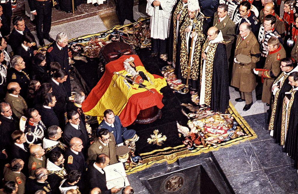 El féretro de Francisco Franco, el 23 de noviembre de 1975, con la...