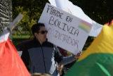 """AME3958. WASHINGTON (ESTADOS UNIDOS).- Un boliviano sostiene este miércoles una pancarta que reza """"Fraude en <HIT>Bolivia</HIT>, Evo dictador"""" durante una manifestación frente a la sede de la Organización de Estados Americanos (OEA) en Washington (EE.UU.). La Organización de Estados Americanos (OEA) cree que la convocatoria de una segunda vuelta electoral en <HIT>Bolivia</HIT> es la """"mejor opción"""", incluso en el caso de que el actual presidente boliviano, Evo Morales, consiga suficiente margen para alcanzar la victoria en primera ronda. """"Debido al contexto y las problemáticas evidenciadas en este proceso electoral, continuaría siendo una mejor opción convocar a una segunda vuelta"""", afirmó el director de observación electoral de la OEA, Gerardo de Icaza."""