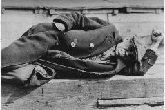 Un hombre desempleado tumbado en el suelo de la ciudad.