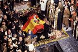El féretro de Francisco Franco, el 23 de noviembre de 1975, con la bandera del águila franquista que su familia guardó y con la que ahora quería cubrir de nuevo el féretro durante su traslado a Mingorrubio. El Gobierno prohibió esto y cualquier honor militar.