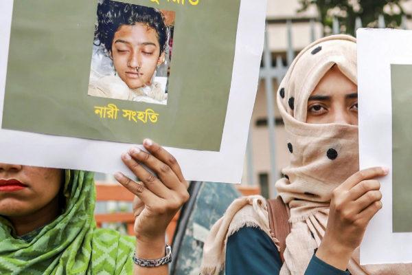 Varias mujeres sostienen carteles con la cara de Nusrat.