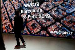 Una visitante pasa ante el expositor de Xiaomi en el recinto Ferial de Gran Via en la última jornada de la XIX edición del Mobile World Congress (MWC).
