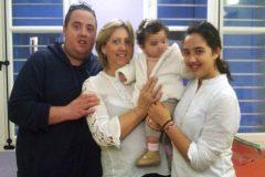 Mercedes Estrada (51 años) sujeta a su nieta (4). A su lado, sus hijos José Antonio y Carolina.