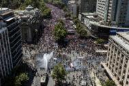 La policía trata de dispersar a los manifestantes en Santiago.