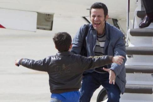 Javier Espinosa, recién liberado de su cautiverio en Siria, llega a Madrid, donde su hijo le espera con los brazos abiertos.