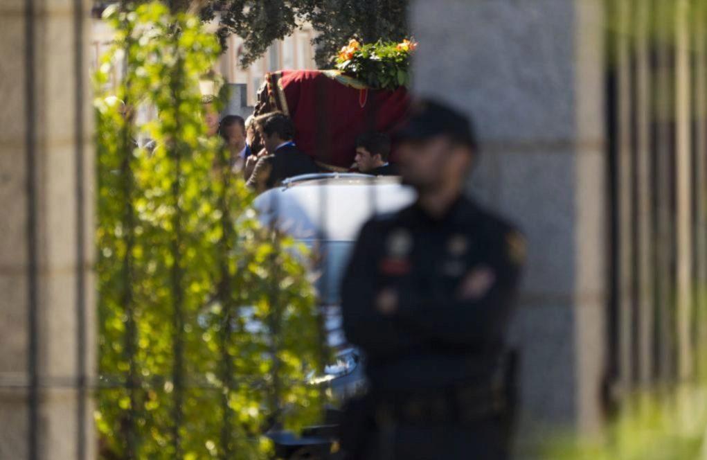 Los descendientes de Francisco Franco cargan a hombros con el féretro...