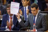El presidente de la Junta, Juan Manuel Moreno, muestra los correos sobre las vacunas.