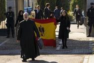 El cura Tejero y  los nietos de Franco con la bandera anticonstitucional.