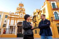Teresa Rodríguez y Toni Valero, ante la basílica de la Macarena, donde está enterrado Queipo de Llano.