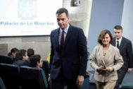 El presidente del Gobierno en funciones, Pedro Sánchez, la vicepresidenta, Carmen Calvo, y el asesor del Ejecutivo, Iván Redondo, este jueves en Moncloa.