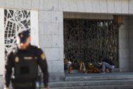Un hombre deja flores en el mausoleo donde se ha enterrado al dictador en Mingorrubio.