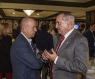 El consejero Arriola conversa con el secretario general de UGT Euskadi Raúl Arza.