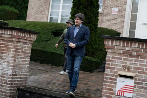 Carles Puigdemont sale de su residencia en Bruselas el pasado día 20...