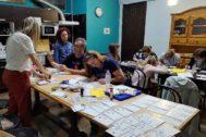 Aficionados al 'postcrossing' en un hostal de Palafrugell.