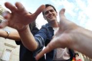 Albert Rivera saluda a simpatizantes del Ciudadanos durante un acto en Barcelona el pasado domingo.