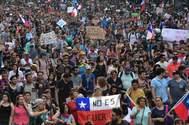 Varios manifestantes portan pancartas y banderas del país.