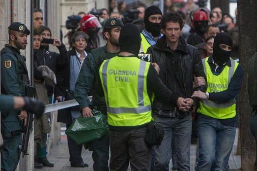 Jon Enparantza, durante su detención por agentes de la Guardia Civil...