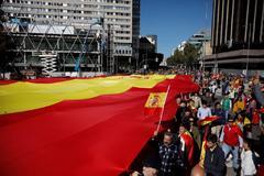 Vox despliega una bandera española gigante en un acto para pedir la suspensión de la autonomía catalana