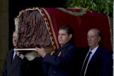 Luis Alfonso de Borbón durante la exhumación de Franco