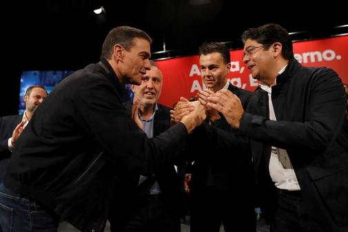 Pedro Sánchez saluda al presidente del Cabildo de Tenerife, Pedro...
