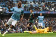 Sterling festeja el primer gol de la tarde en el Etihad.