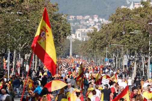 Última hora Cataluña: Cientos de personas acuden a la marcha constitucionalista y los CDR intentan boicotearla con cortes de carreteras