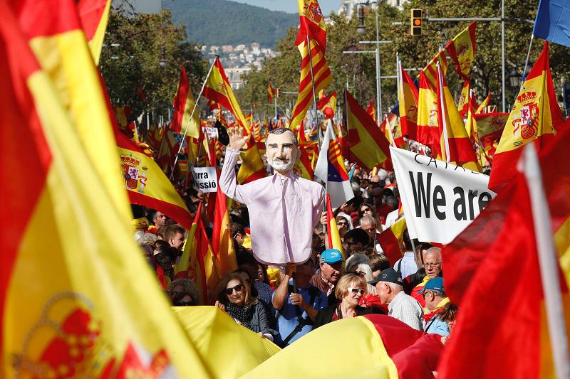 Además de banderas y pancartas con mensajes contra el separatismo,...