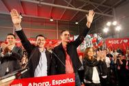 Pedro Sánchez saluda junto a Gonzalo Caballero (presidente del PSOE en Galicia), durante el mitin en A Coruña.