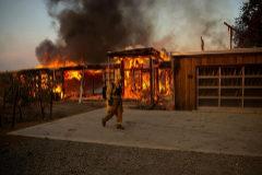 Un bombero ante una casa en llamas en Healdsburg, California.