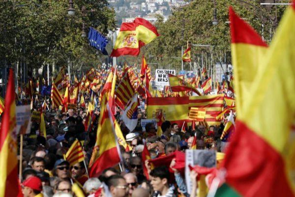 Manifestación constitucionalista, ayer, en las calles de Barcelona.