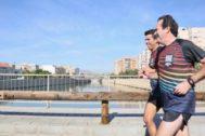 Mazón, entrenando ayer con el ex atleta olímpico, José Manuel Albentosa.