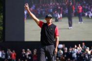 Tiger Woods celebra su victoria en Japón.