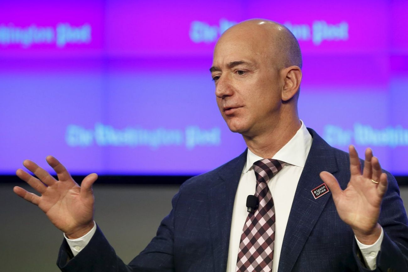 Jeff Bezos (55) es fundador y presidente de Amazon y -según Forbes-...