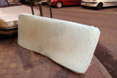 Un colchón abandonado en la calle.