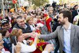 Pablo Casado saluda a asistentes a la manifestación constitucionalista de ayer en Barcelona.