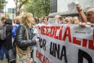 La representante de ELA Miren Zubizarreta conversa con docentes concentrados antes de la reunión en el CRL.
