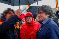 El ex presidente catalán Carles Puigdemont (segundo por la dcha.), en una de sus últimas apariciones, en Waterloo (Bélgica).