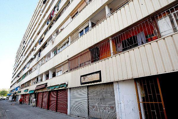 Bloque de pisos de la calle Venus del barrio de La Mina, en Sant Adrià de Besòs