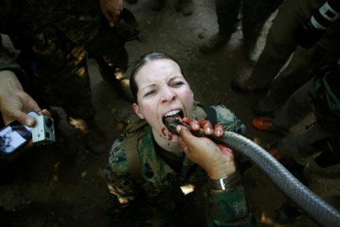 Una marine estadounidense bebe sangre de cobra en unos ejercicios militares conjuntos en Chon Buri.