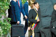 Un escolta de Sánchez con el maletín. Los guardaespaldas de Maduro lo despliegan.
