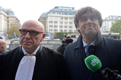 Carles Puigdemont y su abogado Paul Bekaert, a su llegada a los...