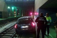 Un conductor circula por error por las vías y termina en la estación de Santa Justa