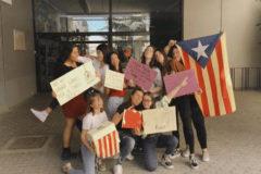 Alumnas del 3º de ESO del instituto Sòl-de-Riu de Tarragona se manifiestan en contra de la sentencia.