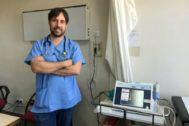 El doctor Enrique de Madaria en una de las clínicas del Hospital General de Alicante.