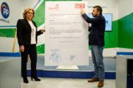 Toni Martín muestra el documento reproducido en tamaño gigante.