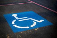 Aparcamiento reservado para discapacitados, para el que se necesita una tarjeta especial.