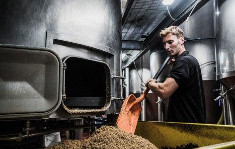 Un empleado de la Bristol Beer Factory.