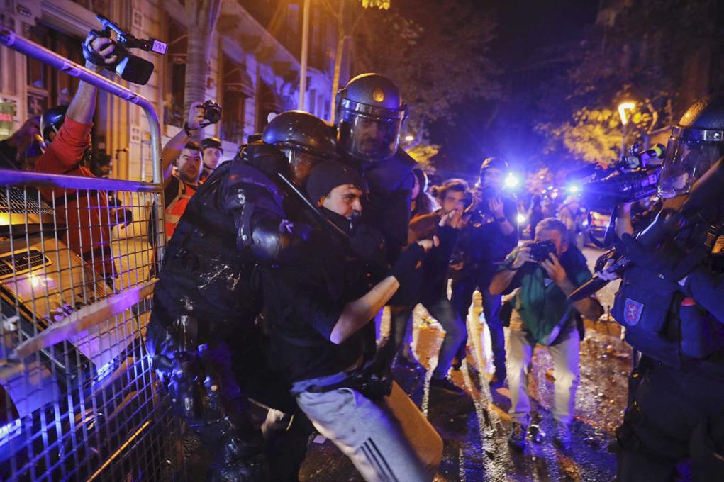 Torra abre una caza de brujas para maniatar a los Mossos en plena ola de tensión en Cataluña