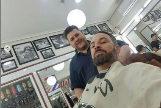 Santiago Abascal junto a Elvis, su barbero
